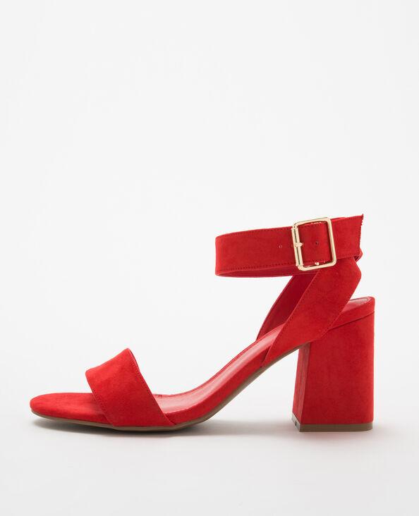 Sandalias rojas con tacón cuadrado rojo