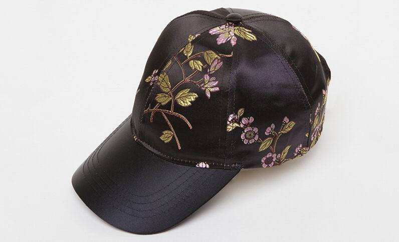 Gorra con bordados negro