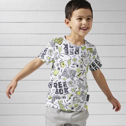 Маленькому непоседе понравится эта футболка зауженного кроя, в которой так удобно играть. Классический круглый ворот гарантирует комфорт, а броский принт добавит ярких красок.
