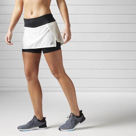 Ты бежишь без остановок. Ведь без упорства не достичь результата. Эта легкая стильная юбка для бега не стесняет движений и придает твоему образу женственности. Внешняя юбка гарантирует полную свободу движений, а внутренние шорты обеспечивают защиту и комфорт.