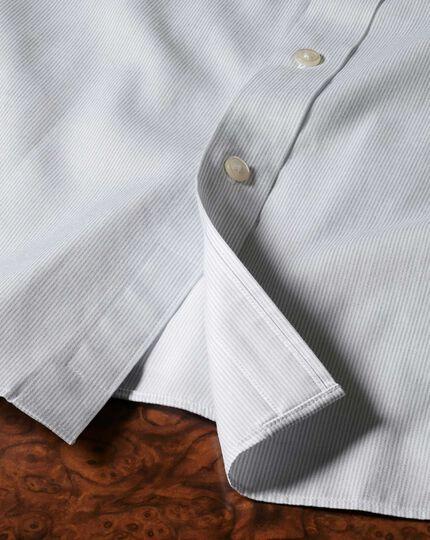 Bügelfreies Slim Fit Hemd mit Haifischkragen in grau mit Mouliné-Streifen