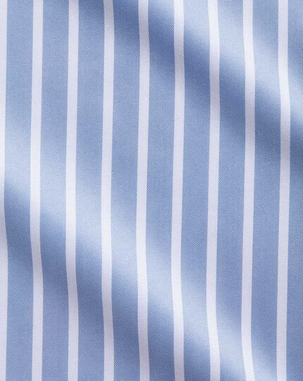 Bügelfreies Slim Fit Hemd mit Haifischkragen in Himmelblau und Weiß mit Bengal-Streifen