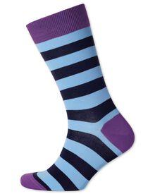 Socken in himmelblau und marineblau mit Streifen
