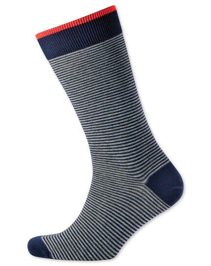 Chaussettes bleu marine et grises à fines rayures