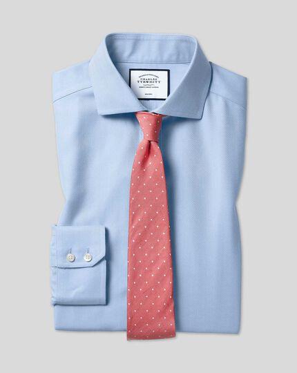 Bügelfreies Slim Fit Hemd mit Haifischkragen in Himmelblau mit Fischgrätmuster