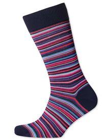 Socken in rosa mit feinen bunten Streifen