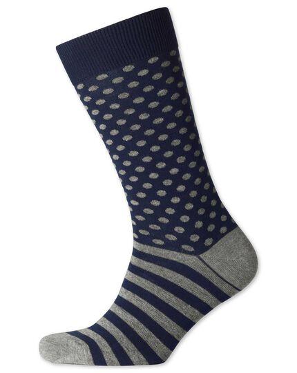 Socken in blau und grau mit Punkten und Streifen
