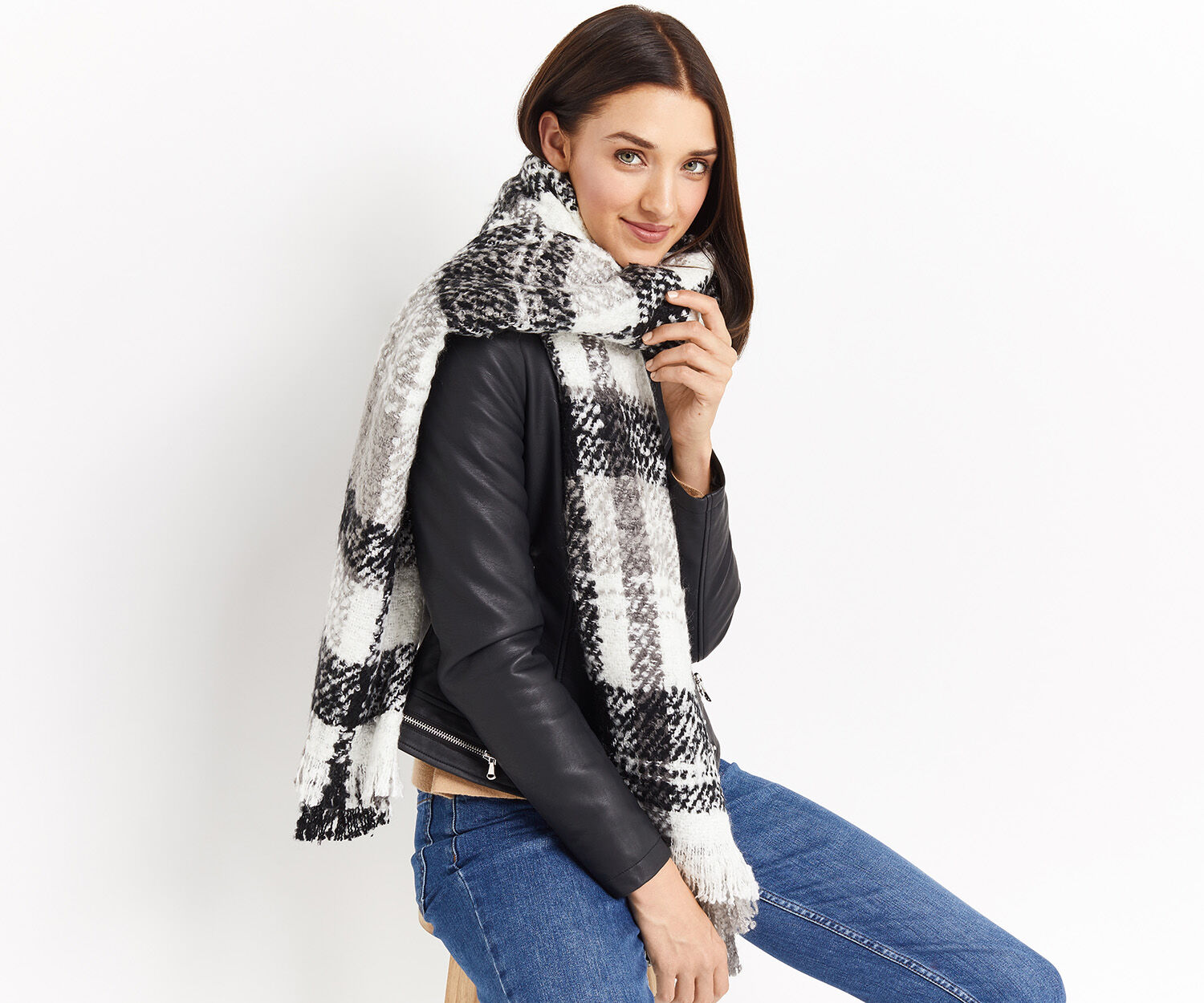Oasis, BOUCLE CHECK SCARF Black and White 1