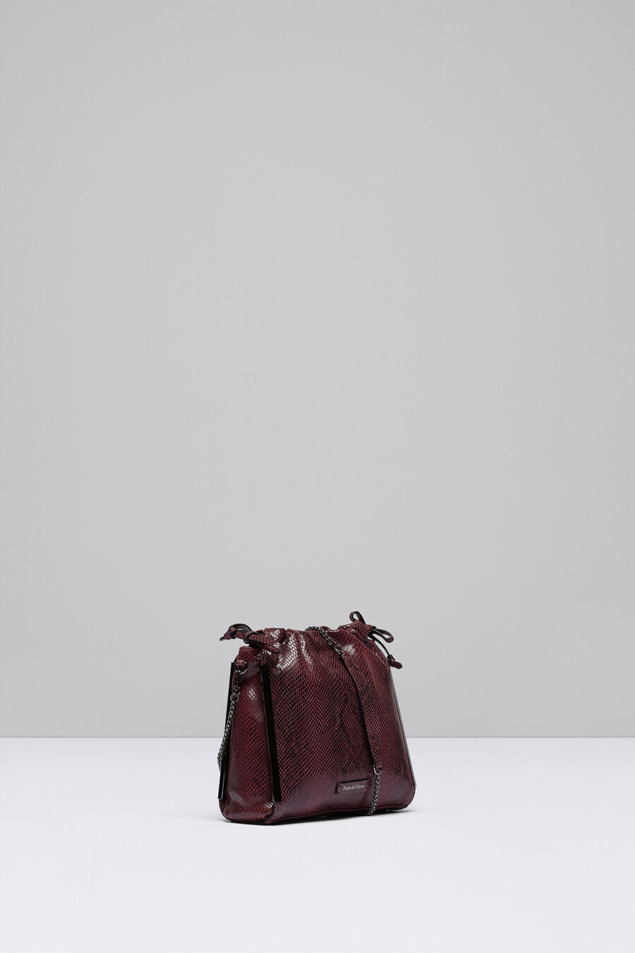 Bucket bag with chain