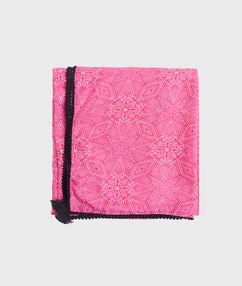 Pañuelo estampado rosa.