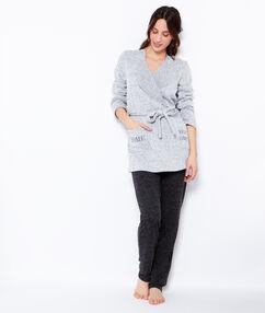 Déshabillé en maille chiné, inscriptions brodées poches gris chiné.