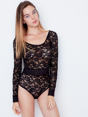 Body en dentelle texturée et ceinture en résille noir.