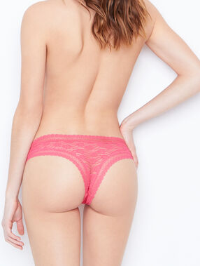 Tanga de encaje rosa.