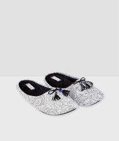 Printed slippers with pompoms black.