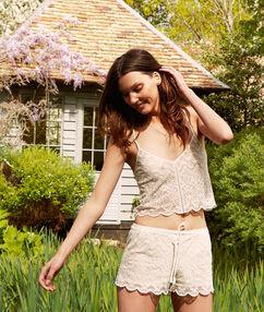 Pantalón corto motivos de encaje blanco.