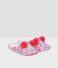 Zapatillas estampado floral y pompones rosa.