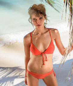 Haut de maillot de bain triangle sans armature, détail  pompons orange.