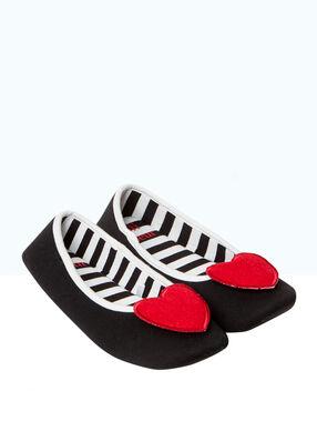 Ballerines chaussons, détail coeur noir.