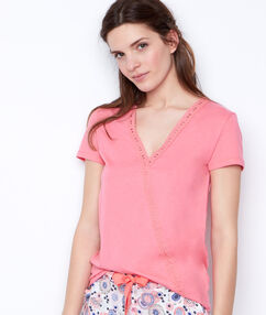 Camiseta escote en v rosa.