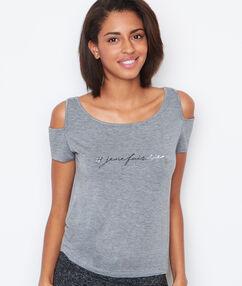 T-shirt épaules dénudées à message gris.