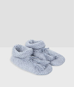 Chaussons en maille gris.