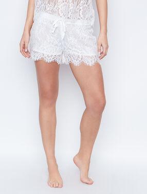 Pantalón corto de encaje blanco.