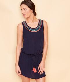 Vestido de playa con adornos azul marino.
