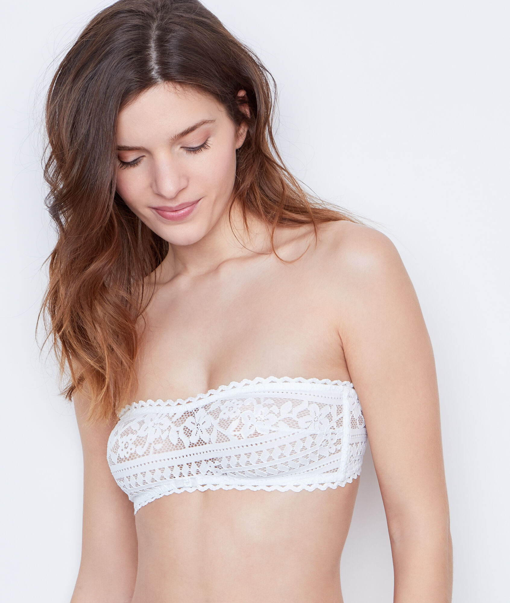 Modern by its form, this bandeau bra is crafted in the pure tradition of French corsetry. Elegant association of lace, plumetis and silk, it is really pleasant to wear thanks to .