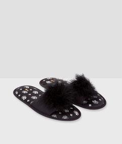 Zapatillas pompón suave negro.