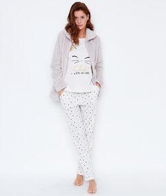 Trzyczęściowa piżama, koszulka, spodnie w deseń i polarowa bluza beige.