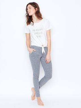 Pantalón estampado gris claro.