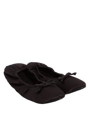 Chaussons satin noir.