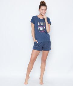 Camiseta con texto estampado azul.