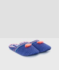 Zapatillas motivos bordados azul.
