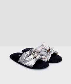 Zapatillas con nudos negro.