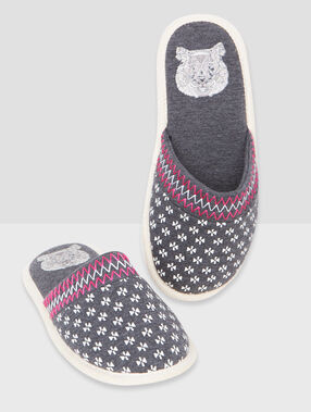 Geometric print slippers grey.