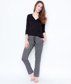 Trzyczęściowa piżama ze spodniami w deseń i bluzą noir.