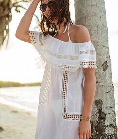 Vestido de playa hombros al descubierto blanco.