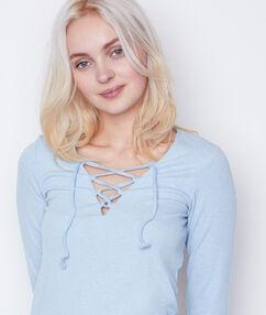 T-shirt manches 3/4 à lacets bleu clair.