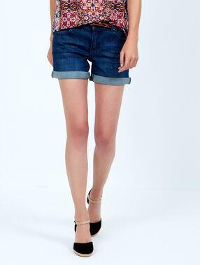 Short en jean ceinturé bleu.
