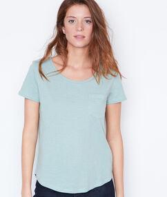 T-shirt à col rond vert.