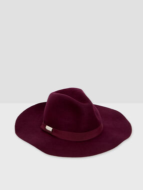 Wool hat carmine red.