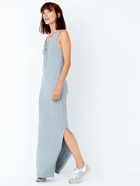 Robe longue sans manches avec laçage gris clair.