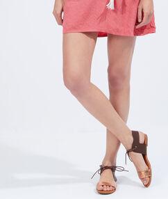 Sandales plates bicolores en suédine marron.
