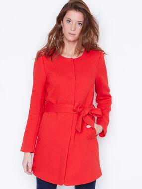 Manteau ceinturé à col rond rouge.
