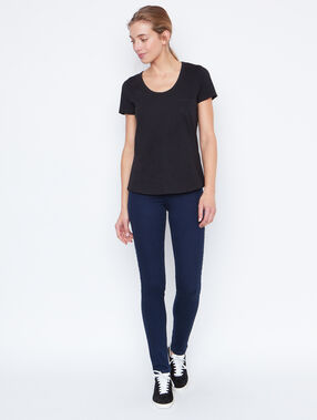 Round collar t-shirt black.