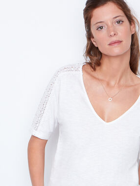 Round collar t-shirt white.