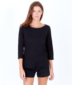 Camiseta manga 3/4 cuello barco con hilo brillante negro.