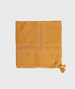 Pañuelo liso con pompones amarillo.