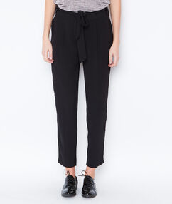 Pantalon ceinturé à pinces noir.